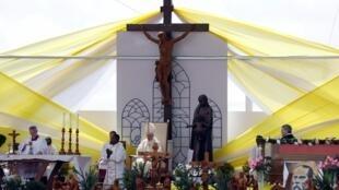 Le pape François, en visite à Madagascar, a célébré une grand-messe ce dimanche matin à Soamandrakizay à Antananarivo, le 8 septembre 2019, devant près d'un million de fidèles.