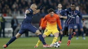 Cầu thủ Alex (T) của đội Paris St Germain và  Blaise Matuidi (P) và Lionnel Messi  (G) của đội  Barcelona trong trận đấu ở sân Parc des Princes, Paris, tối 02/04/2013.