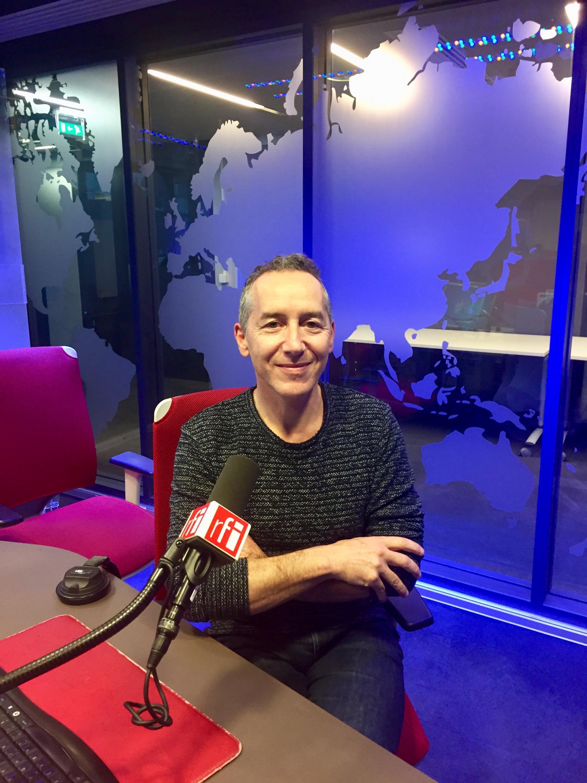 Olivier Rogez, écrivain et journaliste en studio à RFI (octobre 2019).