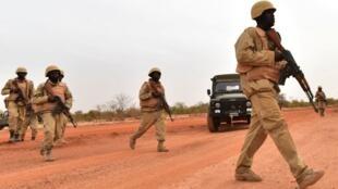Des soldats burkinabè, lors d'un entraînement au camp militaire de Kamboinse - Général Bila Zagre, près de Ouagadougo au Burkina Faso, le 13 avril 2018.
