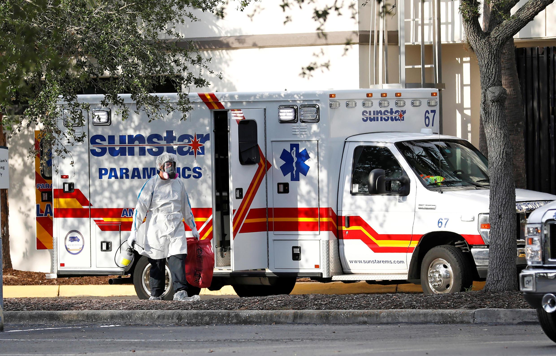 Un ambulancier vêtu d'un équipement de protection individuelle sort d'une ambulance à l'hôpital général de Saint-Pétersbourg en Floride où des cas de Covid-19 sont traités, le 15 juillet 2020.