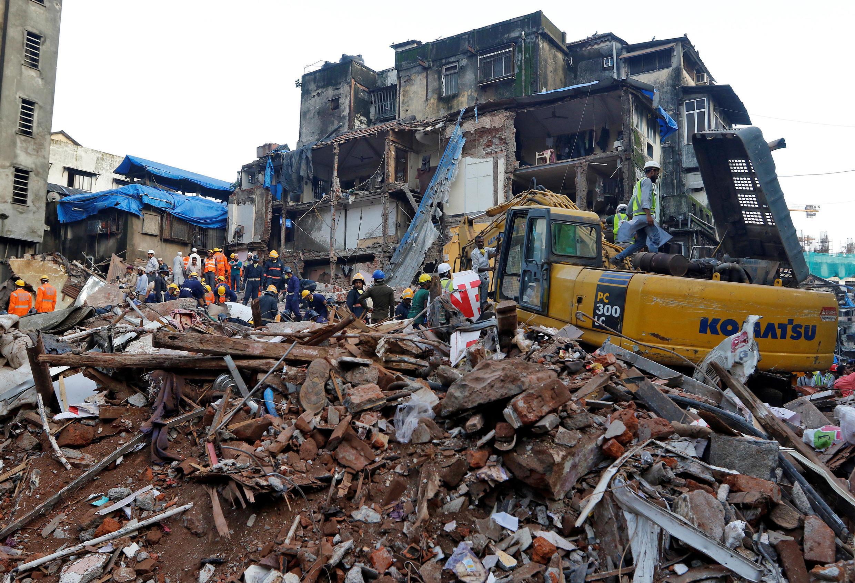Equipes de resgate buscam sobreviventes de prédio que desabou em Mumbai.