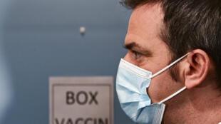 Na França, o governo tenta acelerar a campanha de vacinação após fortes críticas à estratégia considerada muito lenta.