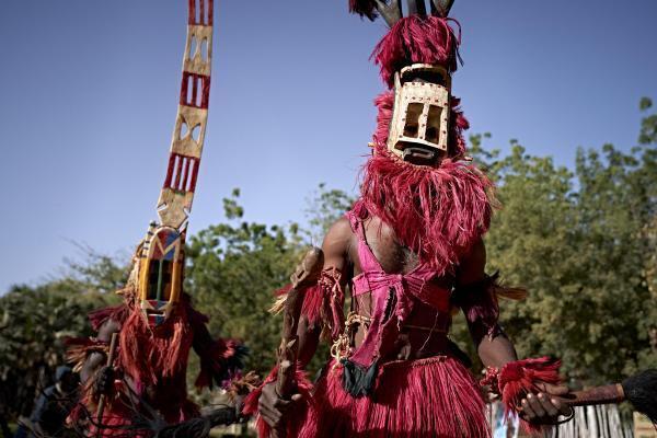 Des hommes masqués ont défilé lors du Festival sur le Niger à Ségou