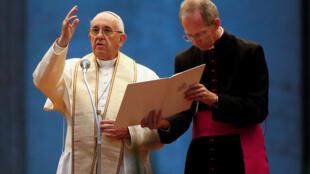 Le pape François lors d'une veillée de prière place Saint-Pierre à Rome, le 8 octobre 2016.