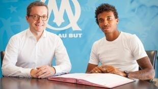 O volante Luiz Gustavo (à direita) assina o contrato com o clube francês Olympique de Marselha.