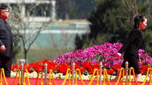 Presidente da Coreia do Norte, Kim Jong-un, promoveu sua irmã Kim Yo-jong no governo, neste domingo (foto de abril de 2017).