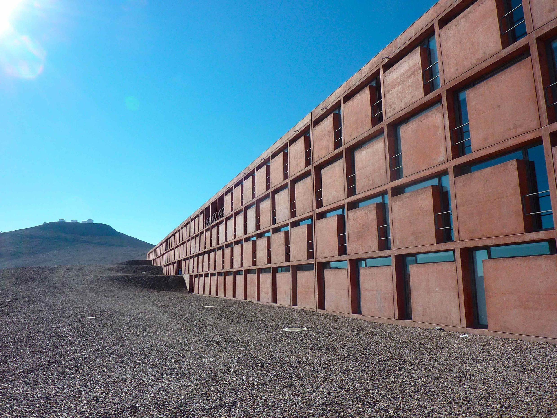 L'hôtel où résident les scientifiques de l'ESO, en plein désert d'Atacama, au Chili. Au loin, les télescopes.