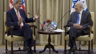 John Kerry, secrétaire d'Etat américain avec Shimon Peres, le président israëlien, 6/11/13, Jérusalem.