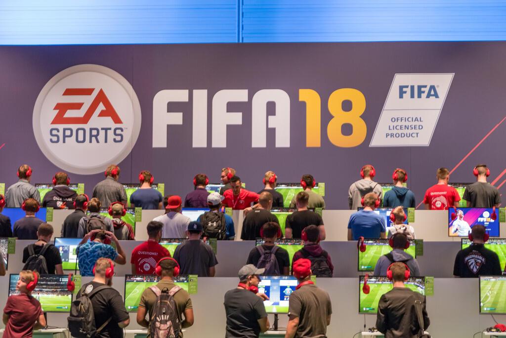 Jugadores compiten en el videojuego FIFA18