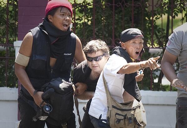 """""""Camisas rojas"""" socorren al periodista canadiense de France 24, herido de bala mientras cubría los enfrentamientos el viernes 14 de mayo."""