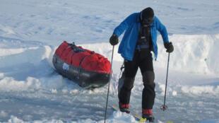 Charles Hédrich tirant son traineau au Pôle Nord
