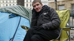 Prefeito da cidade francesa de Sevran, Stéphane Gatignon, faz greve de fome em frente à Assembleia Nacional francesa para chamar atenção ao endividamento de sua administração.
