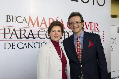 Bà María Cristina García Cepeda và ông Gabriel Abaroa, thành viên ban giám khảo giải thi sáng tác Beca María Grever - DR
