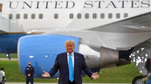 Donald Trump de pie ante el avión presidencial Air Force One en una escala de campaña en Pensilvania en septiembre de 2020