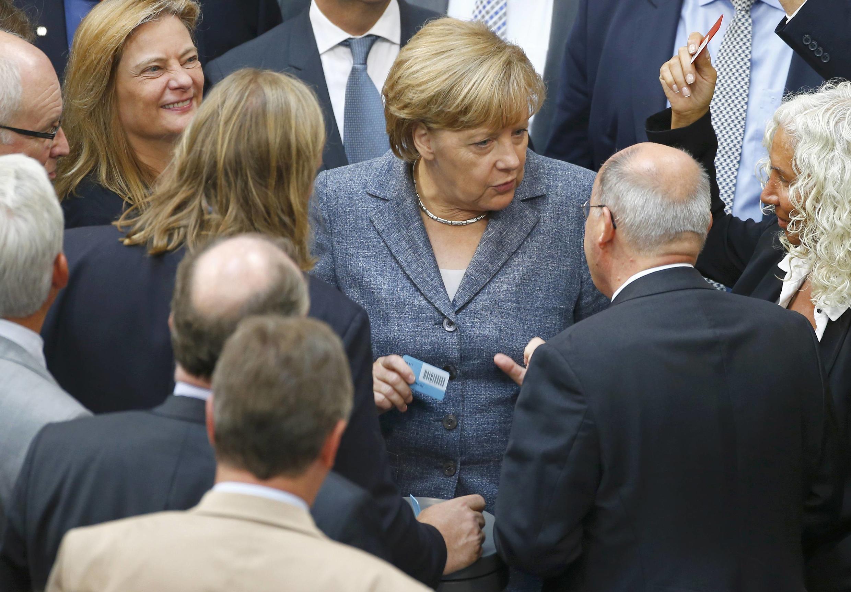 A chanceler Angela Merkel passa pelo Parlamento antes de embarcar em sua viagem ao Brasil.
