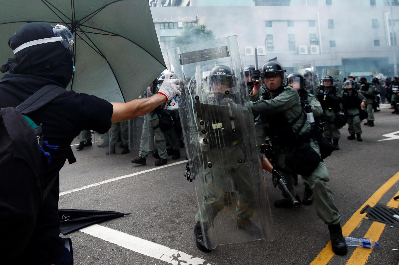 Policiais e manifestantes entram em confronto em Hong Kong, 27/07/2019