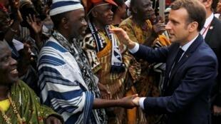Bain de foule pour Emmanuel Macron à son arrivée à la mairie d'Abidjan, le 21 décembre 2019.