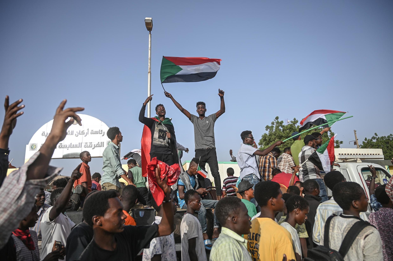 Malgré la chute et l'arrestation d'Omar el-Béchir, les manifestants continuent de se rassembler devant le siège de l'armée à Khartoum, comme ici le 27 avril 2019.