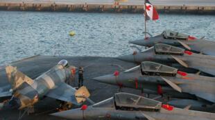 Com a possível venda de 36 aviões de caça Rafale à Índia, fragatas para o Catar, submarinos para a Austrália e helicópteros de combate para a Polônia e o Kuwait, a França continua dividindo uma boa fatia do bolo do mercado mundial de armas.