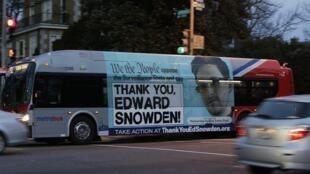 """Ônibus nas ruas de Washington, 20 de dezembro com cartaz """"Obrigado Edward Snowden."""""""