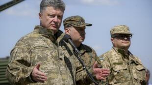 Президент Украины Петр Порошенко в ходе визита тренировочного лагеря украинской армии, 11 мая 2015 года