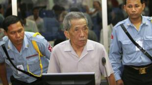 Kaing Guek Eav, alias Duch, lors de son avant-procès à Phnom Penh le 5 décembre 2008.