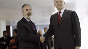 O chanceler brasileiro Antonio Patriota cumprimenta seu colega britânico, Wiliam Hague, em Brasília.