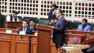 سند بودجه ملی سال مالی ۱۳۹۶ را اکلیل حکیمی، وزیر مالیه برای تصویب به مجلس نمایندگان ارایه کرد.