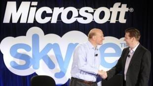 Steve Ballmer (à g.), dirigeant de Microsoft, et Tony Bates, dirigeant de Skype, lors d'une conférence de presse à San Francisco mardi 10 mai 2011.