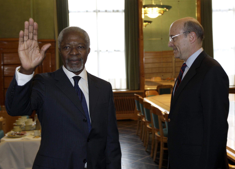 Kofi Annan (e)  durante encontro com Alain Juppé, chanceler francês.