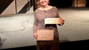 A estilista brasileira Márcia de Carvalho, com o prêmio recebido da Prefeitura de Paris.