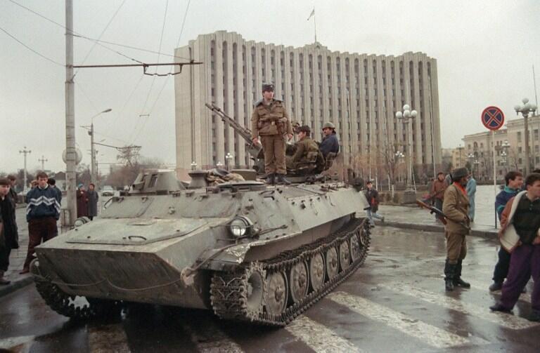 Чеченский солдат на БТРе напротив президентского дворца на центральной площади Грозного, 25 ноября 1994.