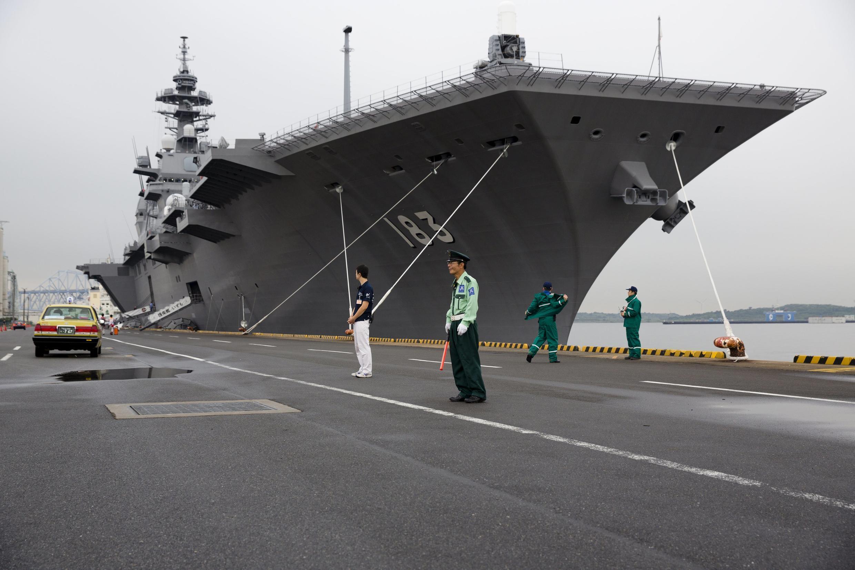 Chiến hạm mang trực thăng Izumo hiện đại của Hải quân phòng vệ Nhật ( MSDF) trên cảng Tokyo ngày 1/9/2015.