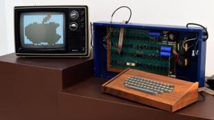 L'Apple-1 de 1976 mis aux enchères chez Christie's serait le seul à avoir été vendu par Steve Jobs lui-même à un particulier.