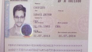 Imagens de TV mostram o documento dado a Snowden, que é semelhante a um passaporte russo.