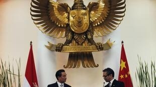 Ngoại trưởng Trung Quốc Vương Nghị (t) và đồng nhiệm Indonesia Marty Natalegawa họp báo chung tại Jakarta ngày 02/05/2013.
