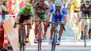 O ciclista Samuel Caldeira, na direita com a camisola azul e branca da W52-FC Porto, foi o vencedor da 2a etapa da 79a Volta a Portugal em bicicleta.