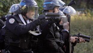Policiers anti-émeutes munis de flashballs face à des jeunes, à Nanterre, 20 octobre 2010.