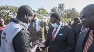 El presidente del Partido del congreso de Malaui, Lazarus Chakwera, se desinfecta las manos a su llegada a un centro de votación en su ciudad natal de Malembo el 23 de junio de 2020