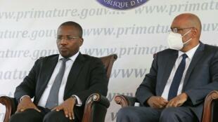 El primer ministro interino, Claude Joseph (izquierda), junto al nuevo primer ministro Ariel Henry