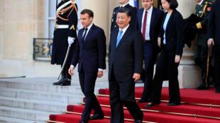 Emmanuel Macron et Xi Jinping descendent le perron de l'Elysée, le 25 mars 2019.