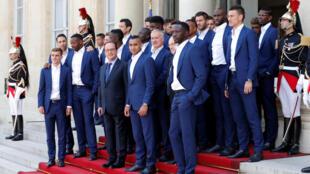 Seleção francesa foi recebida no Palácio do Elysée pelo presidente François Hollande.