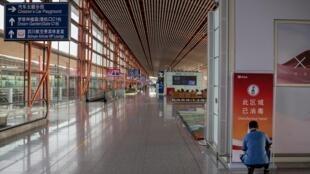 Un trabajador limpia una terminal del aeropuerto internacional de Pekín el 30 de junio de 2020