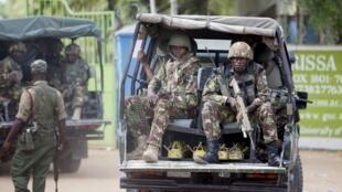 Wasu sojan Kenya na sintiri yau Asabar a yankin garin Garissa inda aka yi kisan dalibai bara
