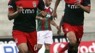 Lima (à esquerda) apontou o primeiro golo do Benfica frente ao Marítimo.