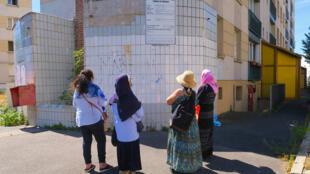 D'anciennes résidentes des Potagers devant les murs de leur cité qui, dès 1961, a accueilli les habitants des bidonvilles. C'est l'une des dernières cités de transit de Nanterre, aujourd'hui vouée à la démolition.