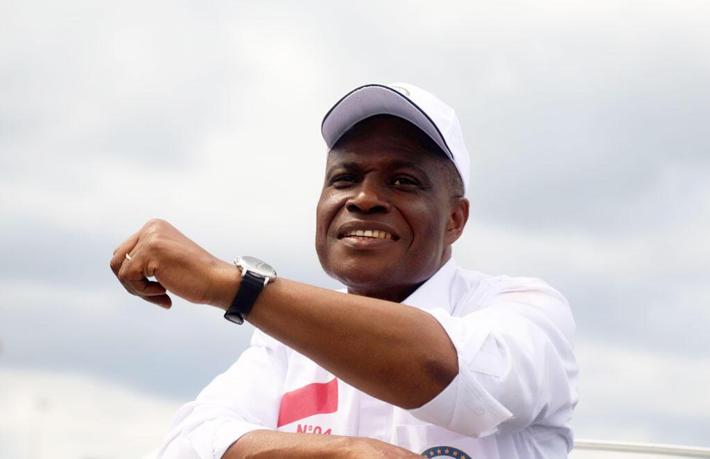 Le candidat à l'élection présidentielle Martin Fayulu, fait signe à ses partisans à son arrivée à l'aéroport international de N'djili à Kinshasa, en République démocratique du Congo, le 21 novembre 2018.