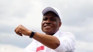 Le candidat à l'élection présidentielle en République démocratique du Congo, Martin Fayulu, fait signe à ses partisans à son arrivée à l'aéroport international de N'djili à Kinshasa, le 21 novembre 2018.