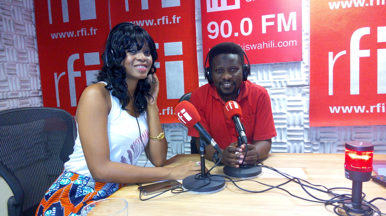 Mwanamuziki wa Bongo Fleva Genevieve ndani ya studio za RFI Kiswahili na Ali Bilali